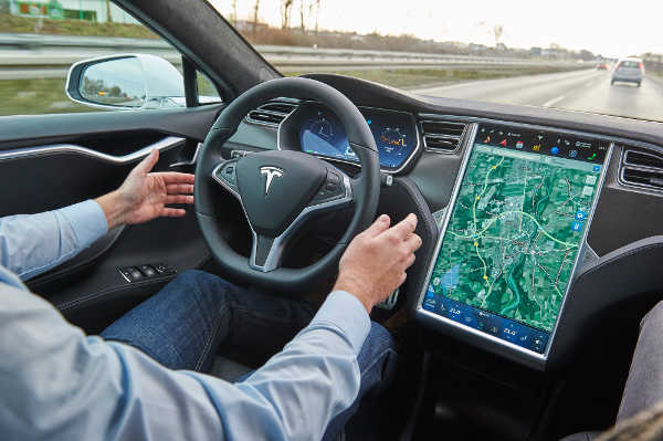 Tesla Model S Autopilot im ADAC Praxistest