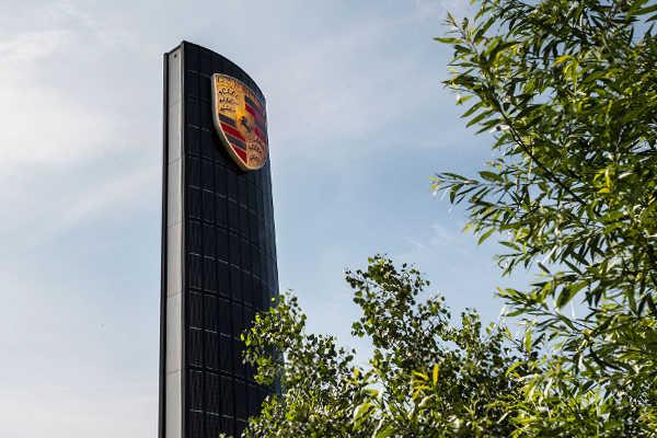 Porsche 800 Volt Schnellladestation Solarpylon Berlin Adlershof