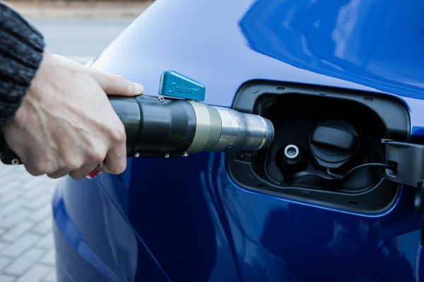 Betanken eines Erdgasautos mit Universal-Tankstutzen